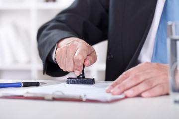 Обязательна ли в договорах печать?